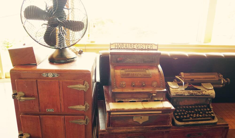 タイプライターにホリイ製レジスター。無造作に置かれた扇風機が郷愁を誘います。