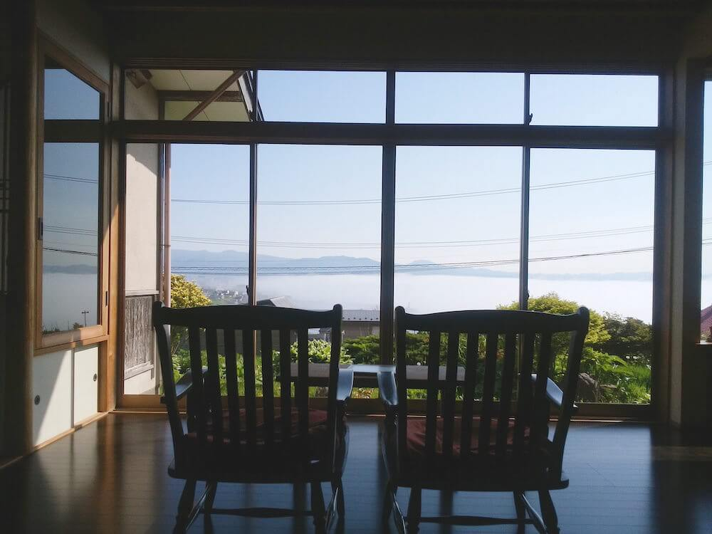 高台にあるゲストハウスなので、眺めが本当に最高。二脚の椅子がノスタルジック。