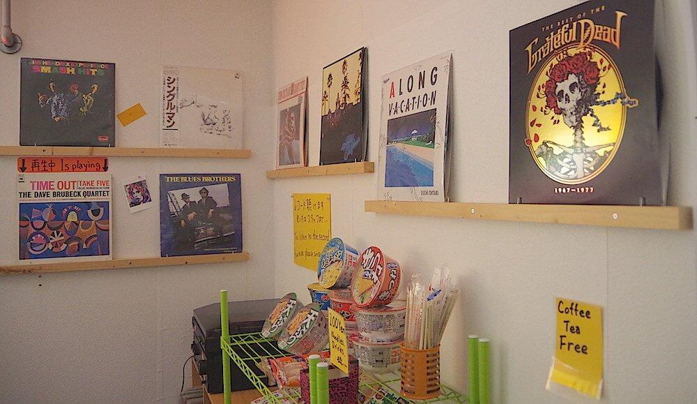 壁に飾られたレコードは、奥にあるプレーヤーで再生できます!