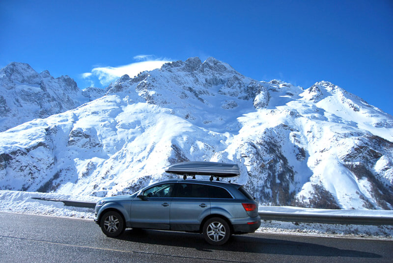 Voiture sur le trajet des stations de ski