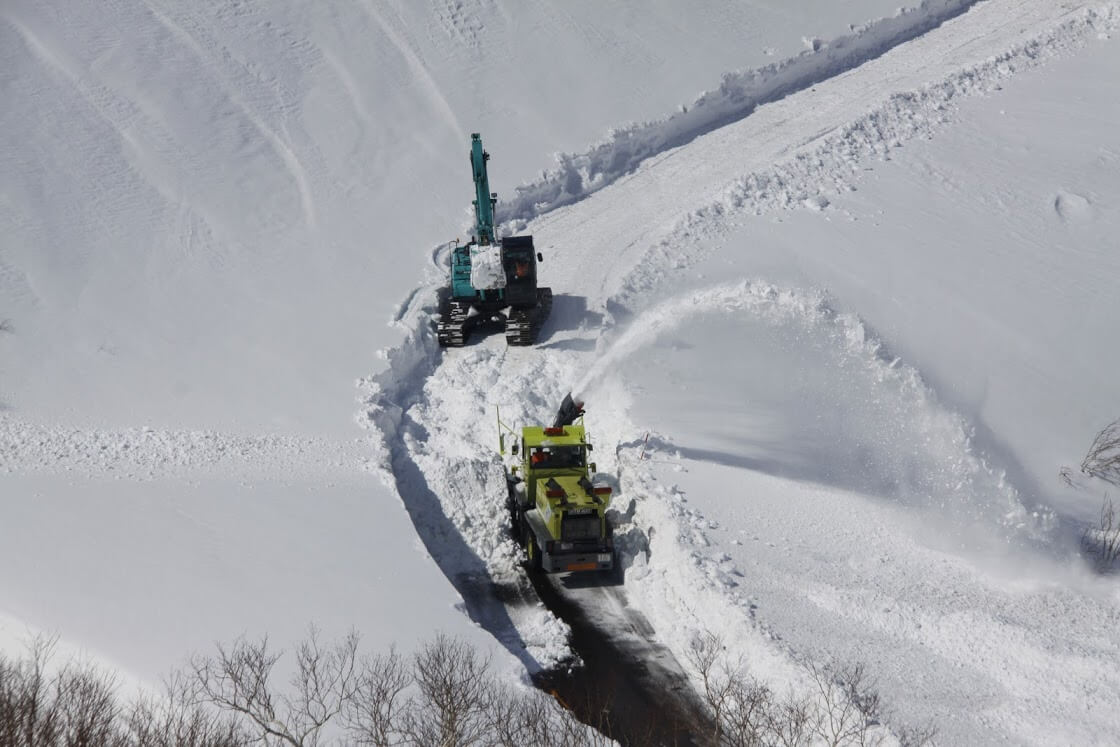 除雪中の知床横断道路