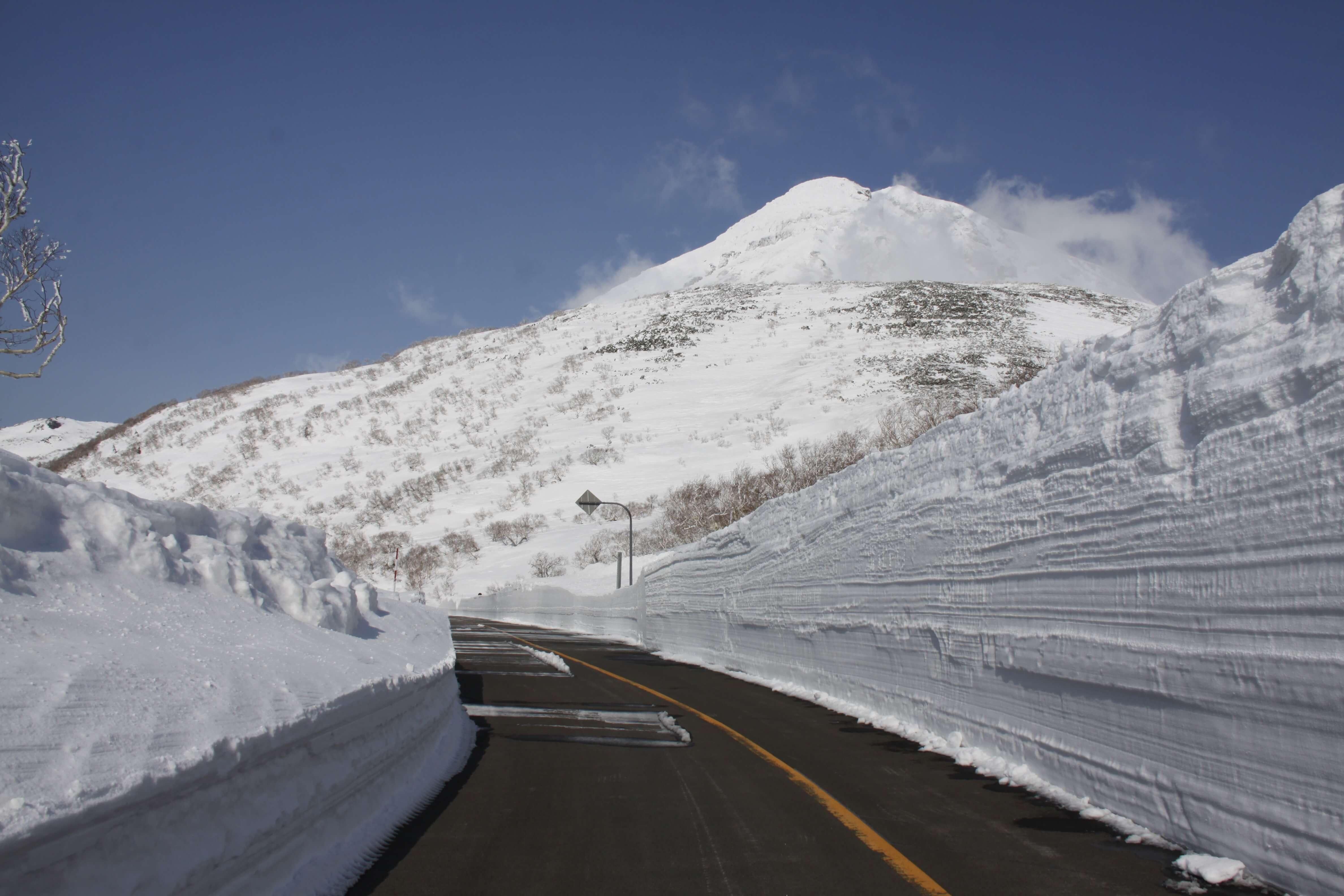 知床横断道路_雪の壁